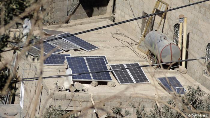 Jemen, Solarenergie, Platten auf den Dächern von Häusern in Sana'a