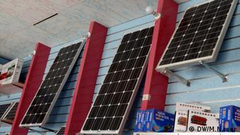 في المدينة، كما هو حال في صنعاء، أكبر المدن اليمنية، تتنوع استخدامات الطاقة الشمسية
