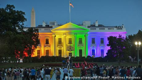 White House is illuminated in colors of the LGBTQIA+ flag in Washington (picture-alliance/AP Photo/P. Martinez Monsivais)