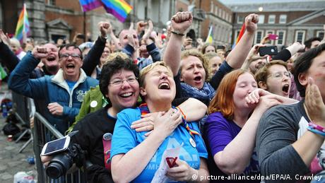 Dublin celebrations at same-sex marriage result (picture-alliance/dpa/EPA/A. Crawley)