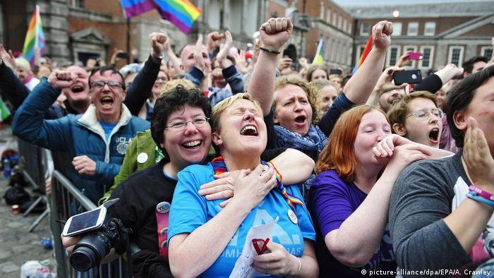 População comemora aprovação legal de casamento gay em referendo em Dublin