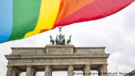 LGBTQIA+ flag in front of the Brandenburg Gate in Berlin (picture-alliance/ZUMA Wire/O. Messinger)