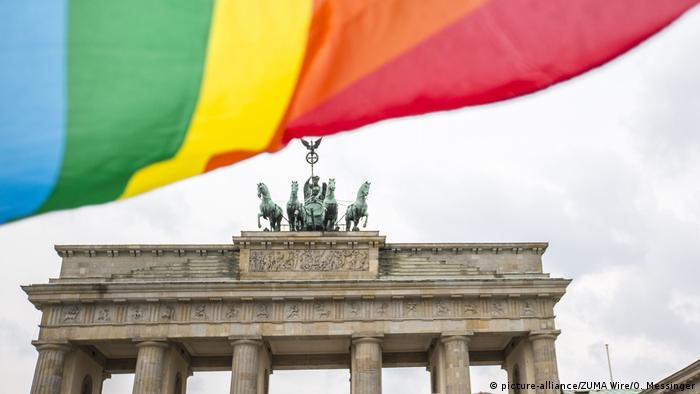 Bandeira do arco-íris em frente ao Portão de Brandemburgo, em Berlim