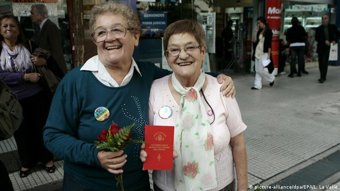 Norma Castillo (e.) e Ramona Arevalo (d.), as duas com 67 anos, mostram certificado de casamento após seu casamento civil em Buenos Aires, em 2010