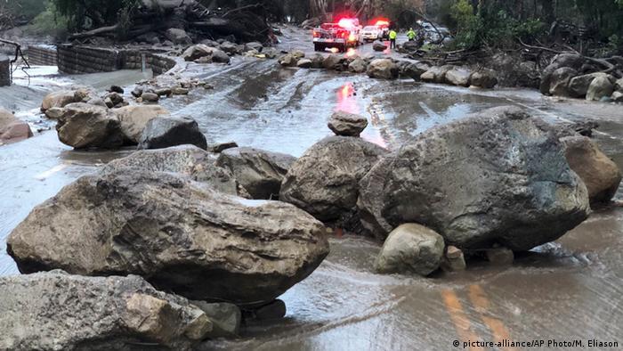 Sel ve toprak kayması devasa kayaları yollara sürükledi.