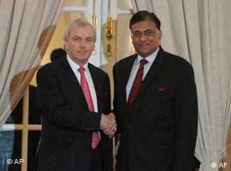 Sri Lankan Foreign Minister Rohitha Bogollagama, right, with UN humanitarian official John Holmes in Colombo on April 27, 2009