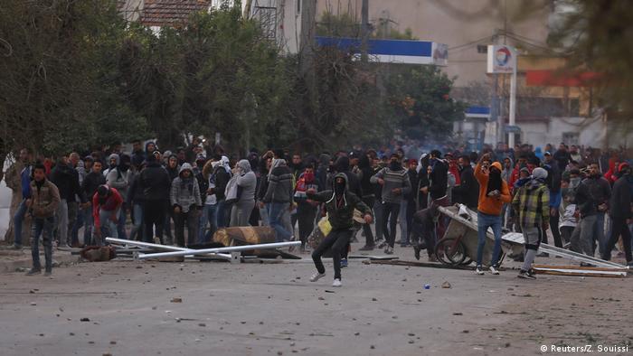 Protestos contra aumentos de preços e impostos enchem as ruas da Tunísia
