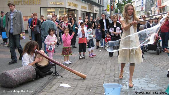 Straßenmusiker aus Frankreich spielt in Köln