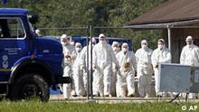 ARCHIV - Personen in Schutzanzuegen gehen am 13. Sept. 2007 am Gebaeude einer Gefluegelzuchtfarm bei Dietersburg in Niederbayern vorbei. Wegen des Verdachts auf Vogelgrippe wurde dort mit der Keulung des gesamten Bestandes begonnen. Experten haben bei der Schweinegrippe vor Panik gewarnt. Der Praesident des Robert-Koch-Instituts, Joerg Hacker, hielt es zwar fuer denkbar, dass der Erreger bis nach Deutschland kommt. Aber wir sind gut vorbereitet. Es gibt Pläne für den Fall der Faelle, sagte er der in Hannover erscheinenden Neuen Presse von Montag, 27. April 2009. So liege ein Nationaler Pandemieplan von Bund und Laendern vor, auf dessen Grundlage angemessen auf einen Sprung der Schweinegrippe von Mexiko nach Deutschland reagiert werden koenne. (AP Photo/Uwe Lein) ** APD3674 **