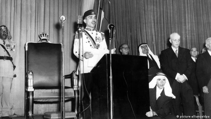 König Hussein spricht zu Wiedereröffnung des jordanischen Parlaments