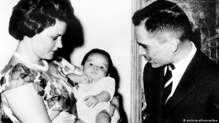 Prinz Abdullah als Baby mit seinen Eltern (picture-alliance/dpa)