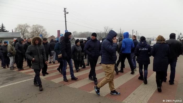 Пікетувальники блокують рух транспорту через кордон, безперервно перетинаючи дорогу пішохідним переходом