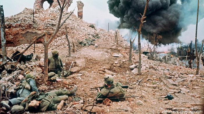 Vietnam 50 Jahre Tet-Offensive BG   Amerikanische Soldaten im Februar 1968 in der Zitadelle der südvietnamesischen Stadt Hue (picture-alliance/dpa/UPI)