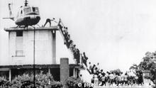 ARCHIV- HANDOUT- A black and white handout made available on 15 May 2009 by Spaarnestad of the photograph taken by Dutch photographer Hugh Van Es showing evacuees bording an Air America helicopter from the top of a house in Saigon during the 1975 fall of Saigon, Vietnam, 30 April 1975. Photo: HUBERT VAN ES/HO/EPA ** NO SALES. NO ARCHIVES. NOT FOR SALE FOR MARKETING OR ADVERTISING CAMPAIGNS. EDITORIAL USE ONLY (nur Schwarz-Weiss - zu dpa-Themenpaket «Vor dem 40. Jahrestag des Vietnamkriegsendes» vom 29.04.2015) +++(c) dpa - Bildfunk+++  