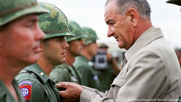Vietnam 50 Jahre Tet-Offensive BG   Präsident Johnson verleiht das Distinguished Service Cross (picture alliance/CPA Media/Y. Okamoto)