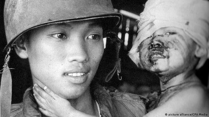 Vietnam 50 Jahre Tet-Offensive BG | Südvietnamesischer Soldat mit verwundetem Kind (picture alliance/CPA Media)