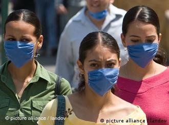 В Мексике в общественных местах марлевые маски становятся обыденностью