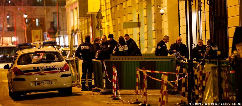 Investigadores trabalham no local, após assalto a hotel cinco estrelas parisiense