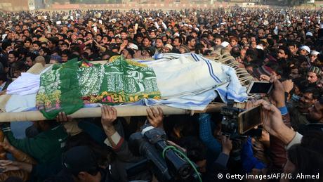 Pakistan Beerdigung von ermordetem Mädchen in Kasur (Getty Images/AFP/G. Ahmed)