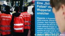 ARCHIV- ILLUSTRATION - Ein Mann schaut am 05.09.2014 in Köln (Nordrhein-Westfalen) auf die Berichterstattung über die «Scharia-Polizei» im Internet. (zu dpa «Der Bundesgerichtshof entscheidet in Sachen «Scharia-Polizei» vom 11.01.2018) Foto: Oliver Berg/dpa +++(c) dpa - Bildfunk+++   Verwendung weltweit