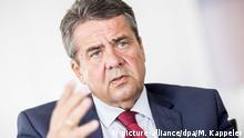 ARCHIV- Außenminister Sigmar Gabriel (SPD), aufgenommen am 16.08.2017 in Berlin nach einem Interview. (zu dpa «Gabriel: Abbau von Russland-Sanktionen bei Waffenstillstand» vom 10.01.2018) Foto: Michael Kappeler/dpa +++(c) dpa - Bildfunk+++ | Verwendung weltweit
