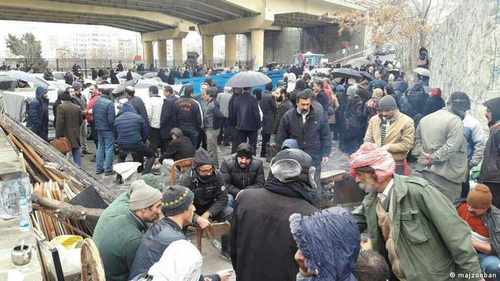 خانوادههای بازداشتشدگان در پشت دیوار اوین در انتطار کسب خبری از بستگان خود