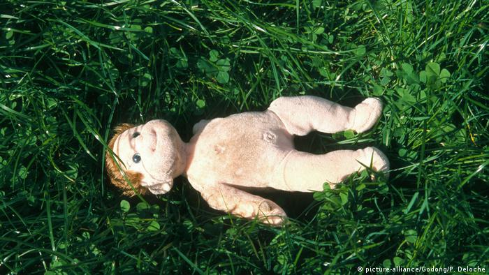 Doll lying in the grass (picture-alliance/Godong/P. Deloche)