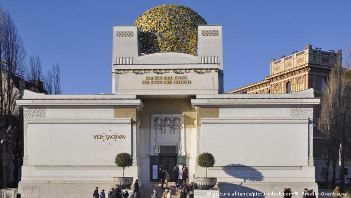 Prédio branco com cúpula dourada