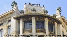 Otto Wagner Haus Linke Wienzeile 38, Linke Wienzeile 38, v. Othmar Schimkowitz, Jugendstil, Figur, 1060 Wien, 6. Bezirk Österreich, Architekturdetail, Ruferinnen |