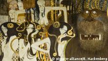 Österreich, Wien 4, Secession, Beethovenfries, Gustav Klimts Beethovenfries, 1902 ursprünglich für eine vorübergehende Ausstellung in der Wiener Secession geschaffen, befindet sich heute als ständige Leihgabe wieder im Secessionsgebäude. Der gemalte Bilderzyklus ist dem Komponisten Ludwig van Beethoven gewidmet. Hier ein Detail ( drei Gorgonen ) der Darstellung Die feindlichen Gewalten. Die drei Gorgonen sind Euryale, Stheno und Medusa. | Verwendung weltweit
