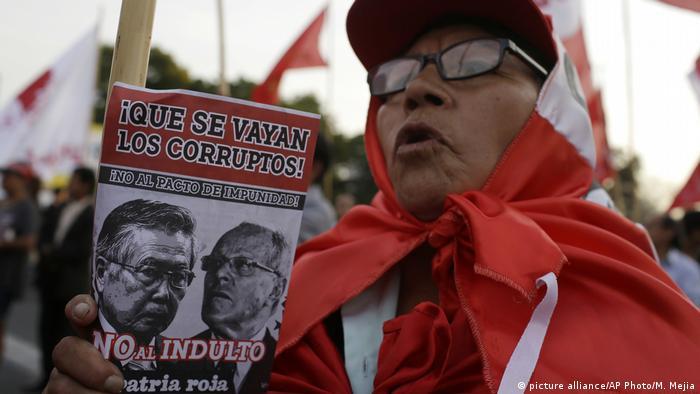 Peru Lima Protest gegen Begnadigung Alberto Fujimori (picture alliance/AP Photo/M. Mejia)