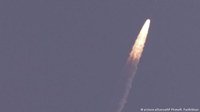 Indien Satelliten-Trägerrakete PSLV-C40 (picture-alliance/AP Photo/R. Parthibhan)
