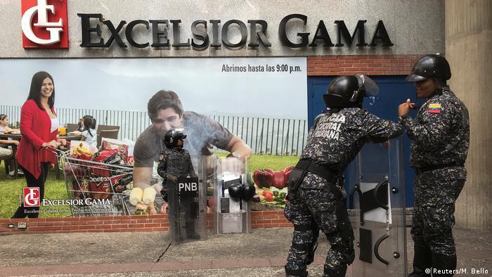 Venezuela Polizei vor Supermarkt