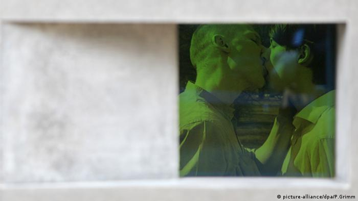 film still of men kissing (picture-alliance/dpa/P.Grimm)