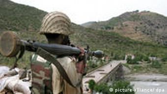A Pakistani soldier stands guard at a check post in Lower Dir, adjacent to Swat valley of Pakistan on 27 April 2009, where Pakistani forces have been engaged in an operation against the Taliban. Pakistani troops claimed killing at least 10 militants as they launched a new assault on 26 April, against Taliban militants in Lower Dir, adjacent to Swat, a restive region that was put under Islamic rule two weeks ago after a controversial truce, the military said. Pakistani President Asif Ali Zardari approved the imposition of Islamic sharia law in the Malakand division and Swat on April 13, nearly two months after hardline cleric Sufi Mohammad brokered a peace deal between the regional government and the rebel. EPA/RASHID IQBAL +++(c) dpa - Bildfunk+++ pixel