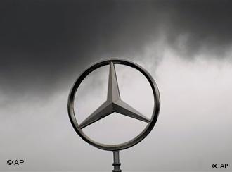 Dunkle Wolken umgeben den Mercedes Stern auf dem Dach der Mercedes Niederlassung der Daimler AG in Stuttgart. (AP Photo/Daniel Maurer)----- Dark clouds surround the Mercedes emblem on the roof of the Mercedes-Benz branch of the Daimler AG in Stuttgart, Germany, Tuesday, April 28, 2009. German automaker Daimler AG on Tuesday reported a first quarter 2009 loss. (AP Photo/Daniel Maurer)