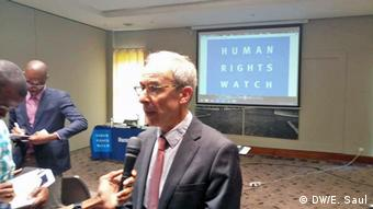Mosambik Aktivisten und HRW in Maputo Iain Levin (DW/E. Saul)