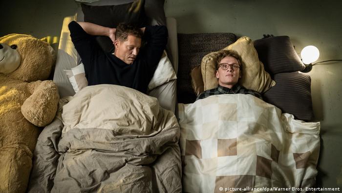 Filmstill von Hot Dog mit Schweiger und Schweighöfer im Bett (picture-alliance/dpa/Warner Bros. Entertainment)