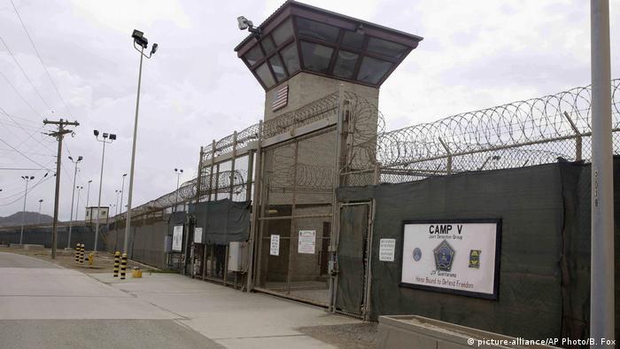 Pintu masuk Kamp 5 dan Kamp 6 pusat penahanan militer AS di markas angkatan laut Teluk Guantanamo, Kuba. (7/6/2014)