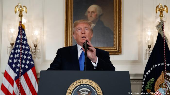 Donald Trump speaks in front of a George Washington portrait in the White House (picture alliance/dpa/AP/E. Vucci)