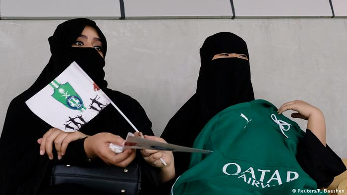 Mulheres na arquibancada de estádio de futebol na Arábia Saudita