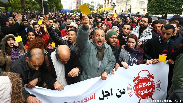Tunisian protesters hold up yellow cards in symbolic warning to the government. Yassine Gaidi / Anadolu Agency