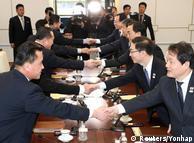 Представники Північної та Південної Кореї під час переговорів у Пханмунджомі