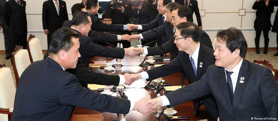 Negociados de ambos os países se cumprimentam durante primeiro encontro em dois anos