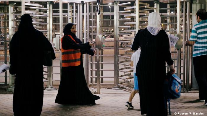 Saudi-Frauen sehen das Fußballspiel zwischen Al-Ahli gegen Al-Batin (Reuters/R. Baeshen)