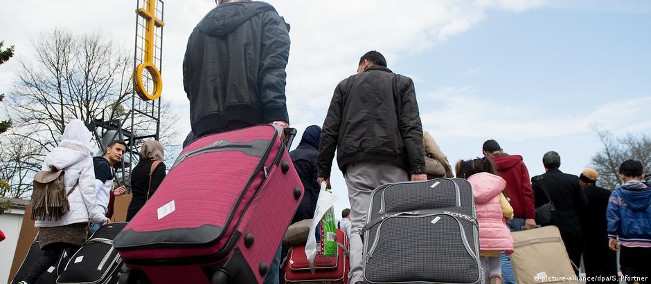 Refugiados sírios chegam a campo fronteiriço em Göttingen, Baixa Saxônia, 04/04/2016