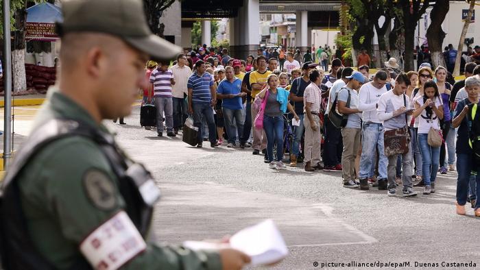 Venezuela   Tausende Venezulaner warten an der Grenze zu Kolumbien