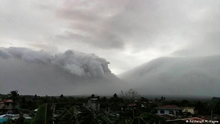 Philippinen Mount Mayon spuckt Asche in Legazpi City (Reuters/R.M. Nayve)