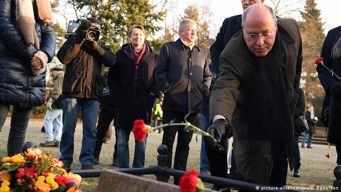 Berlin Gedenken an Rosa Luxemburg und Karl Liebknecht | Gregor Gysi (picture-alliance/dpa/B. Pedersen)