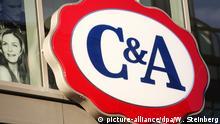 Das Logo der Ladenkette C&A an einem Kaufhaus in Berlin, aufgenommen am 27.12.2013. Foto: Wolfram Steinberg/dpa | Verwendung weltweit